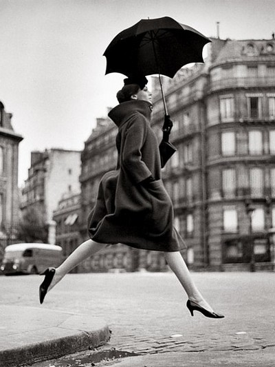 Homage to Munkacsi. Carmen. coat by Cardin. Place François-Premier. Paris. August 1957. Richard Avedon