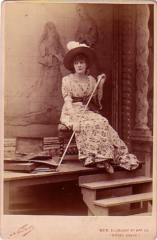http://upload.wikimedia.org/wikipedia/commons/5/51/Nadar,_F%C3%A9lix_-_Sarah_Bernhardt_(1845-1923)_-_La_Tosca_-_1887.jpg